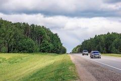 Прямая проселочная дорога асфальта Раскройте дорогу до поля a весны Стоковое Изображение RF