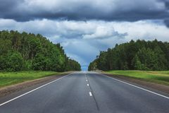 Прямая проселочная дорога асфальта Раскройте дорогу через поля весны Стоковое фото RF