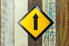 Прямой знак на деревянной стене Стоковая Фотография