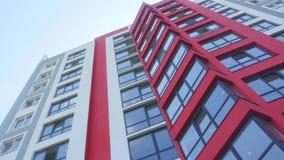 Прямой поднимающий вверх вертикальный взгляд устанавливая съемку родового времени дня офиса или жилого дома DX недвижимости роско сток-видео
