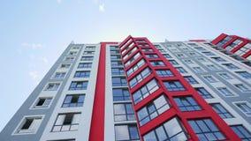 Прямой поднимающий вверх вертикальный взгляд устанавливая съемку родового времени дня офиса или жилого дома DX недвижимости роско видеоматериал