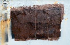 Прямоугольник краски Брауна на предпосылке белого старого грязного утюга поверхностной, космосе экземпляра стоковая фотография