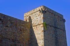 Прямоугольные серые башня и стена, голубое небо, лето стоковые изображения