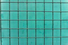 Прямоугольные таблицы сделанные из стали над grunge зеленеют бетонную стену Стоковые Изображения RF