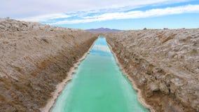 Прямоугольный бассейн с водой бирюзы для извлечения и продукции соли Стоковые Фотографии RF
