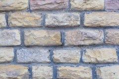 Прямоугольный каменный неровный вязать крючком крючком булыжник известняка с цементом выравнивается между основанием стены света  стоковые фотографии rf