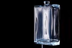 Прямоугольная прозрачная бутылка кёльна изолированная на черной предпосылке стоковые изображения rf