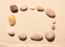 Прямоугольная рамка камней моря на песке волейбол лета пляжа шарика предпосылки красивейший пустой Стоковые Фотографии RF