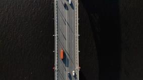 Прямо вниз с отснятого видеоматериала трутня моста в середине канала или озера отделяя море от сладкой воды Регулярный пассажир п акции видеоматериалы