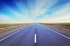Прямо как стрелка дорога идет на равнину Стоковое Фото