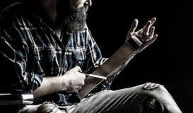 Прямые бритвы, парикмахерская, борода, лезвие Винтажные инструменты для парикмахеров, точат лезвие в кожаной щетке, лезвиях бритв стоковое фото rf