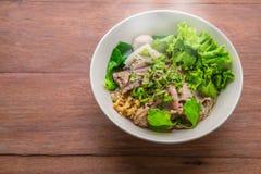 Пряная азиатская лапша свинины с кожурой свинины и хриплостью свинины jpg Стоковые Фото