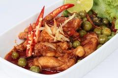 Пряная жареная курица в зажаренном в духовке соусе chili на селективном фокусе Стоковые Фото