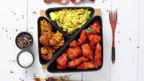 Пряная индийская жареная курица служила с рисом овоща карри, bhajia лука, naan хлебом видеоматериал