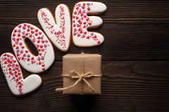 Пряники и коробка украшенные на день валентинок Стоковые Фото