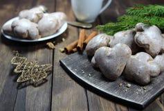 Пряники и чай, ель разветвляют, конусы Стоковые Изображения RF