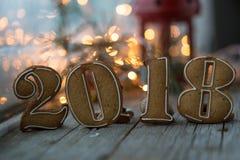 Пряники на новый 2018 год на деревянной предпосылке, пряники на Новый Год на деревянном рождестве предпосылки Стоковая Фотография