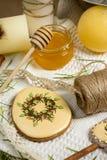 Пряник в лепестках suger, мед пасхи, фотография еды праздника весны Стоковая Фотография