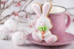 Пряник в форме зайца с розовой кружкой Стоковые Фото