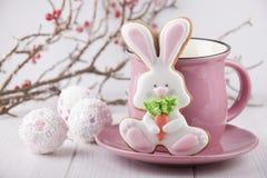 Пряник в форме зайца с розовой кружкой Стоковые Изображения