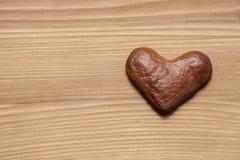 Пряник в форме сердца на деревянной доске Стоковое Изображение RF