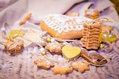 Пряник в форме сердц, сахар играет главные роли печенья на связанном backgro Стоковое Изображение RF