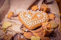 Пряник в форме сердц, сахар играет главные роли печенья на связанном backgro Стоковая Фотография RF
