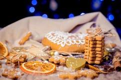 Пряник в форме сердц, сахар играет главные роли печенья на связанном backgro Стоковое Изображение