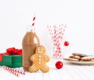 Пряник и шоколадное молоко на рождестве стоковая фотография rf