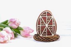 Пряник пасхального яйца и розовые тюльпаны на деревянной предпосылке Стоковые Фотографии RF
