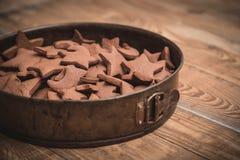 Пряник рождества испечет в форме звезд собранных в шаре springform на деревенском деревянном столе стоковая фотография rf