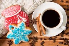 Пряник рождества и горячий кофе в белой чашке против как крюка hang долларов принципиальной схемы приманки предпосылки серого Стоковая Фотография