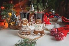 Пряник рождества и 2 стекла обдумыванного вина для таблицы рождества на предпосылке гирлянд и рождества Стоковое Изображение RF