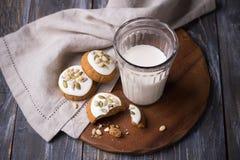Пряник рождества с гайками и семенами с молоком на деревянном столе стоковая фотография