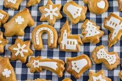 Пряник рождества на таблице комплекта Стоковая Фотография RF
