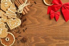 Пряник рождества с различными украшением и специями Стоковые Изображения RF