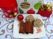 Пряник, ручки циннамона, подарочные коробки и украшения рождества Стоковая Фотография
