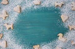 Пряник с напудренным сахаром на деревянной предпосылке Печенья рождества r r стоковое фото rf
