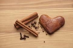 Пряник с специями в форме сердца на деревянной доске Стоковые Фото