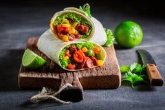 Пряное буррито с томатным соусом, овощами и мясом Стоковые Фото