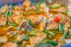 Пряное карри кислое с омлетом смешало взбираясь Wattle Очень вкусная традиционная тайская еда, пряное кислое карри супа с креветк стоковое изображение