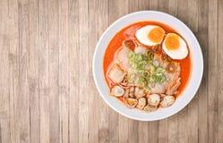 Пряное Том Yum, сметанообразные рамэны свинины с яичком и гриб на древесине b Стоковое Изображение