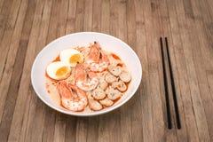 Пряное Том Yum Goong, сметанообразный рамэн креветки с яичком и грибом o Стоковые Фотографии RF