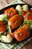 Пряные зажаренные в духовке бедренные кости цыпленк цыпленка с clos choy и зеленых луков bok Стоковое фото RF