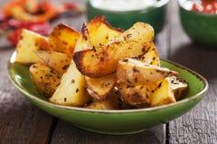 Пряные зажаренные в духовке клин картошки Стоковые Фотографии RF