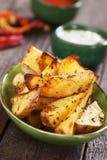 Пряные зажаренные в духовке клин картошки Стоковые Фото
