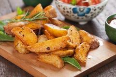 Пряные зажаренные в духовке клин картошки Стоковая Фотография
