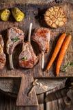 Пряные зажаренные в духовке нервюры овечки с чесноком и овощами Стоковая Фотография RF