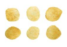 Пряные изолированные хрустящие корочки картошки Стоковые Фото