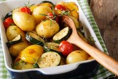 Пряные картошки испекли с clo цукини, болгарского перца и томатов Стоковые Изображения RF